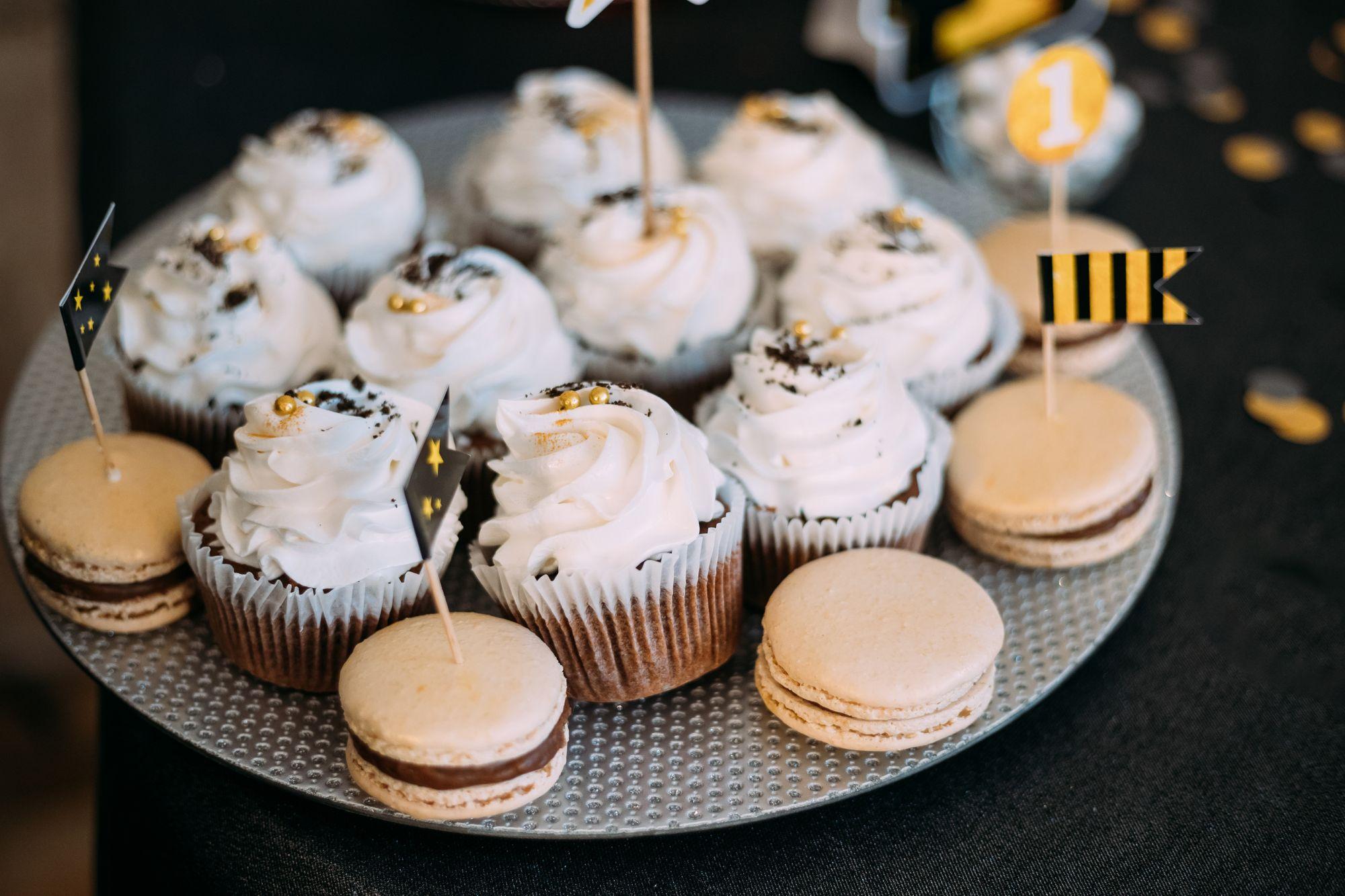Candybar-Muffins-Macarons