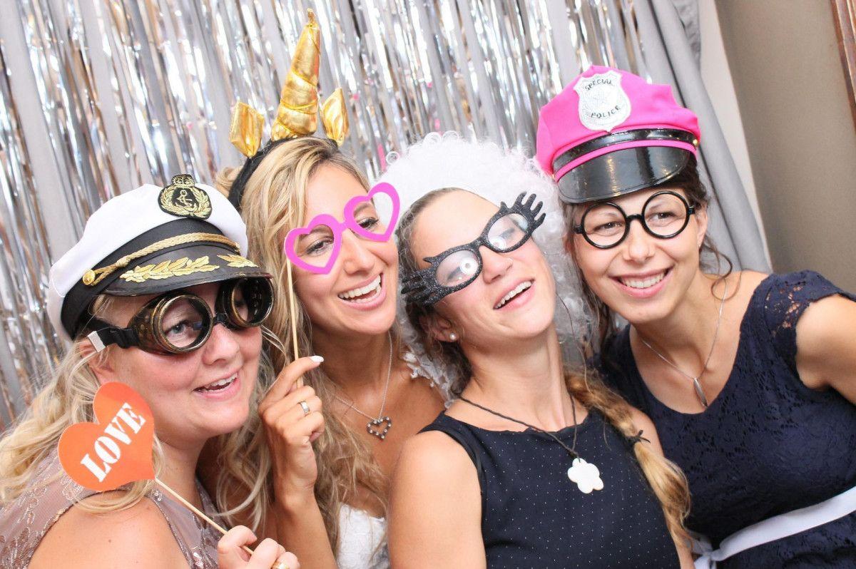 Frauen auf einer Hochzeit in Verkleidung fuer die Fotobox