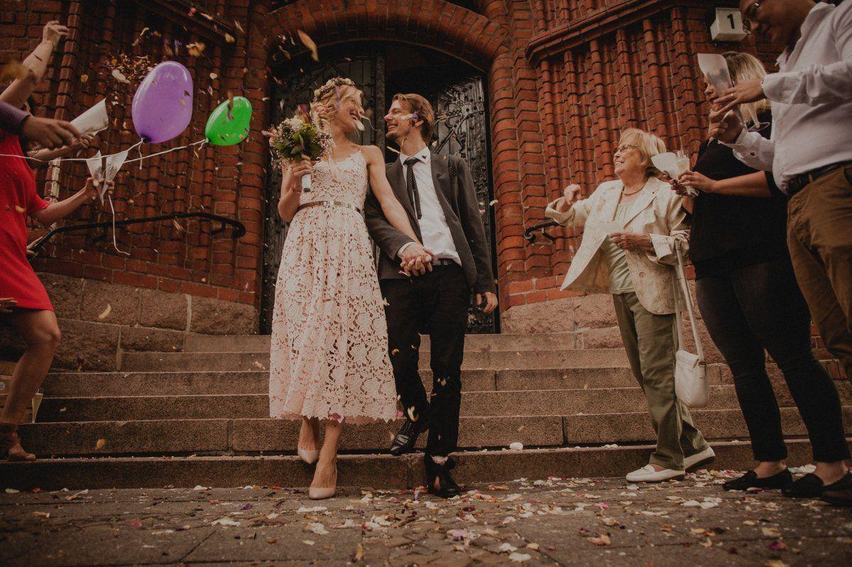 Brautpaar wird mit Blütenkonfetti begrüsst