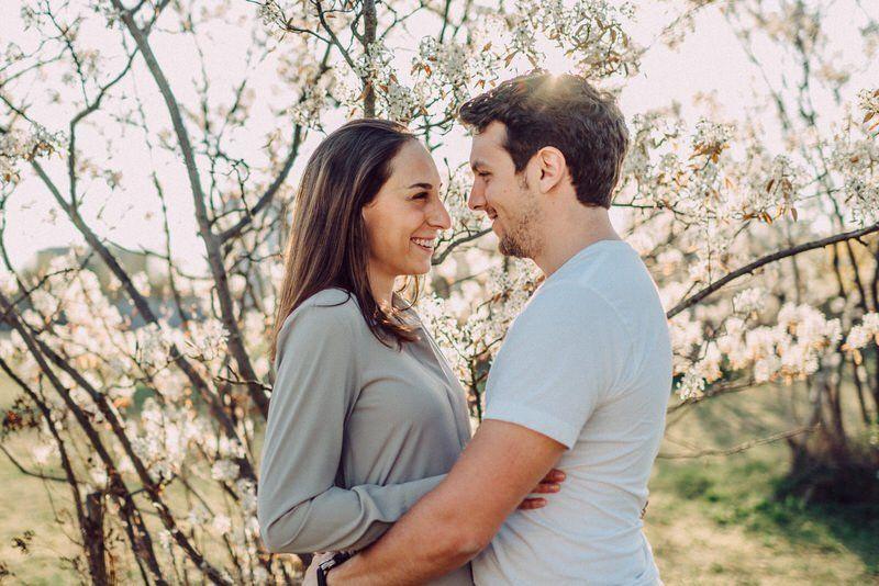 verlobtes Paar umarmt sich