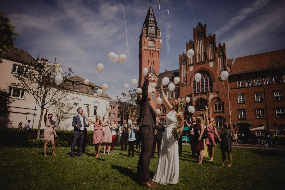 Brautpaar lässt Ballons fliegen