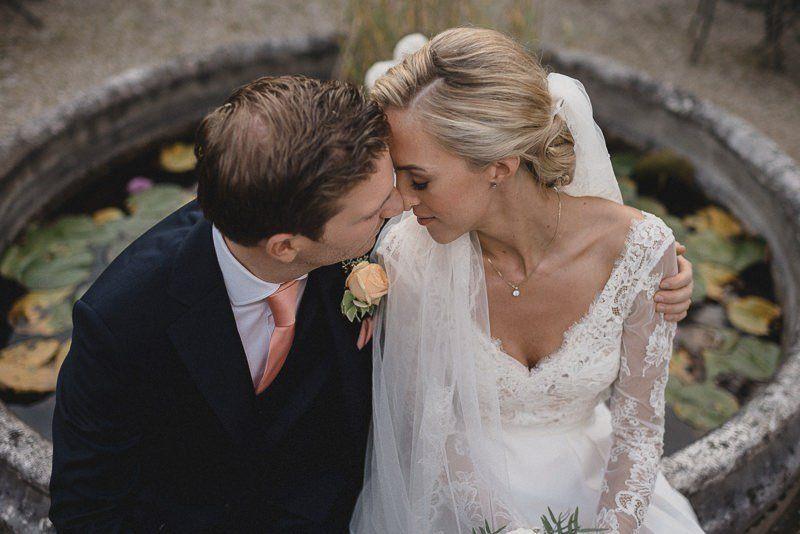 Paar küsst sich nach der Trauung