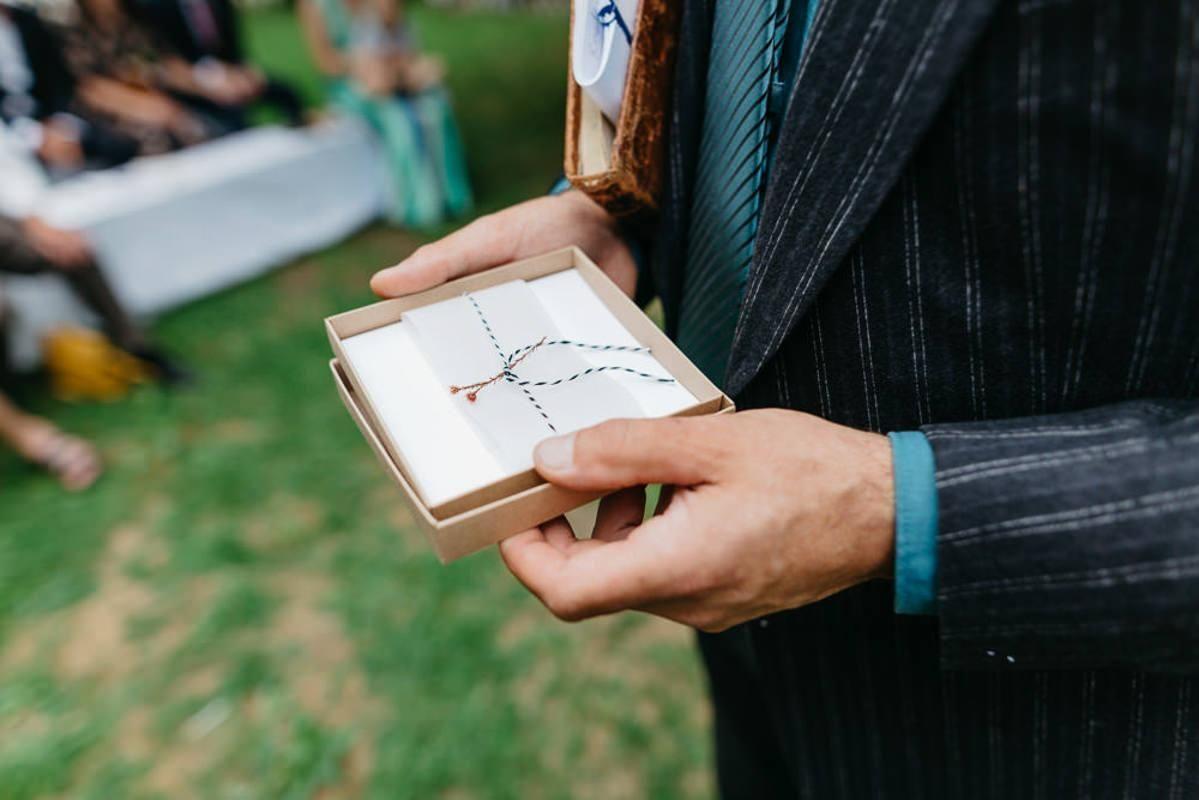 Mann-mit-Geschenkbox