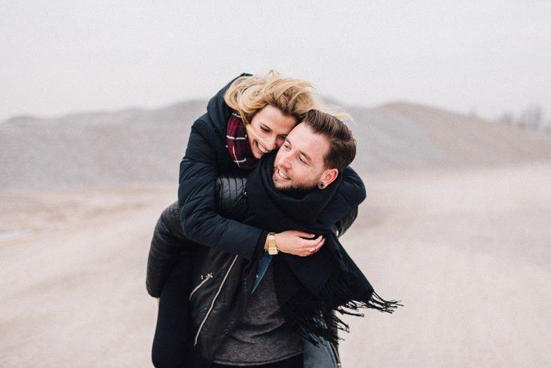 glücklcihes Paar nach der Verlobung