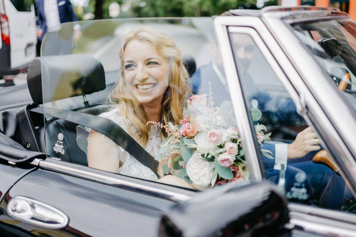 Autokorso Braut mit Strauß