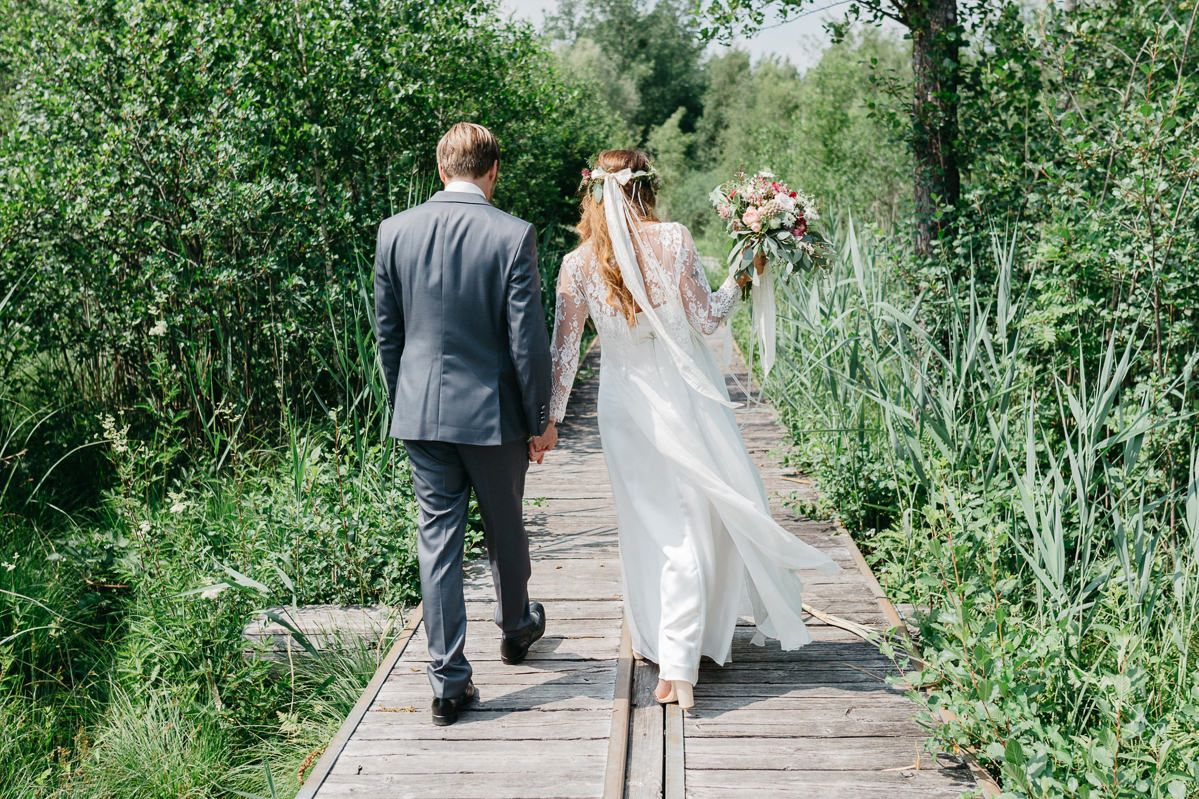 Brautpaar auf einem Steg