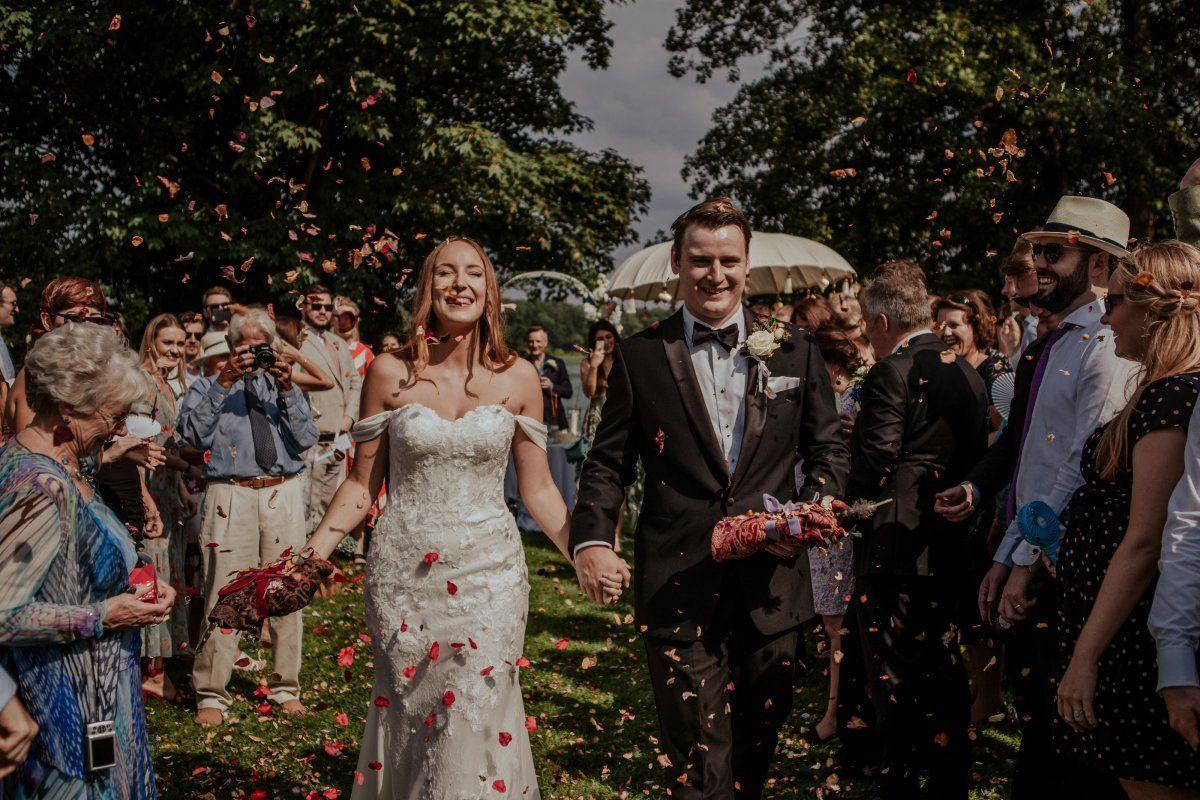 Brautpaar feiert low budget Traumhochzeit