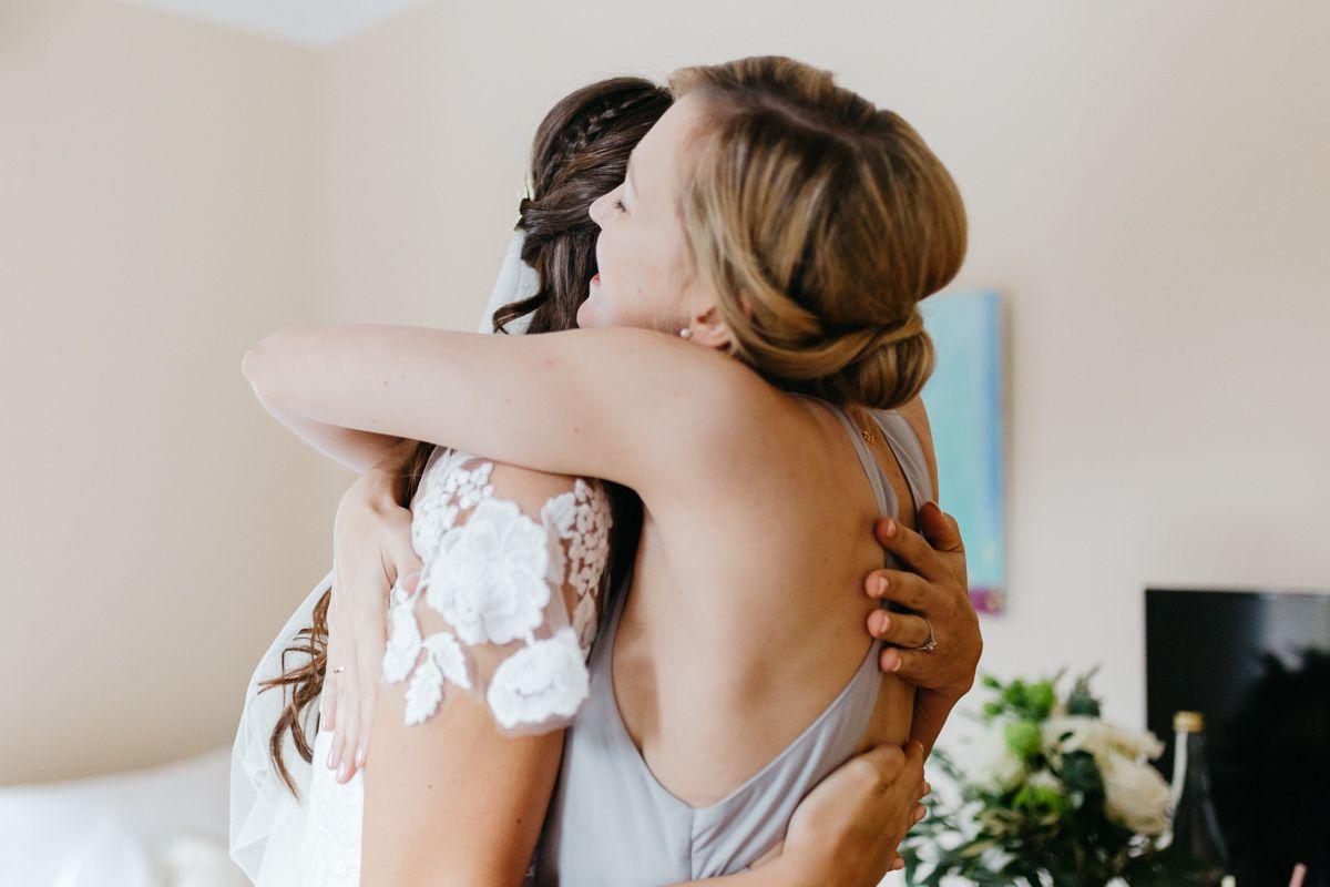 Braut und Freundin umarmen sich